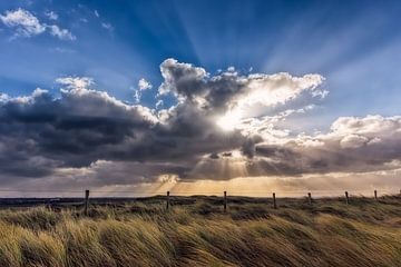 zonnestralen door het wolkendek  van