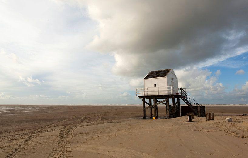 Reddingshuisje op het strand van Vlieland van Alida Stuut