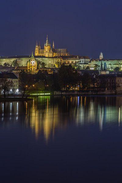 Praagse Burcht en Karelsbrug in de avond - Praag, Tsjechië - 14 van Tux Photography
