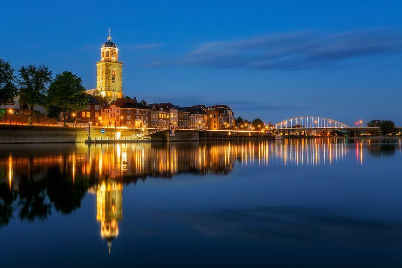 Skyline de Deventer avec l'église Lebuïnus à l'heure bleue sur Karla Leeftink
