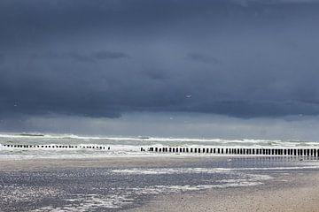Donker wolkendek boven de zee van Wendy Boon