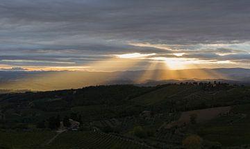 Sonne durch die Wolken in der Toskana Landschaft von MDRN HOME