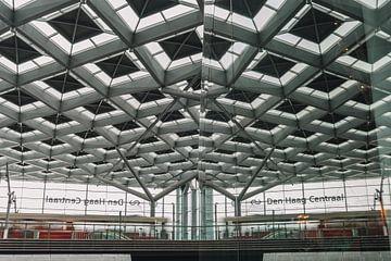 Tram en reflectie op centraal station Den Haag van Jonai