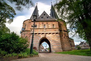 Romantische middeleeuwse stadspoort in de Nederlandse stad Kampen van Fotografiecor .nl