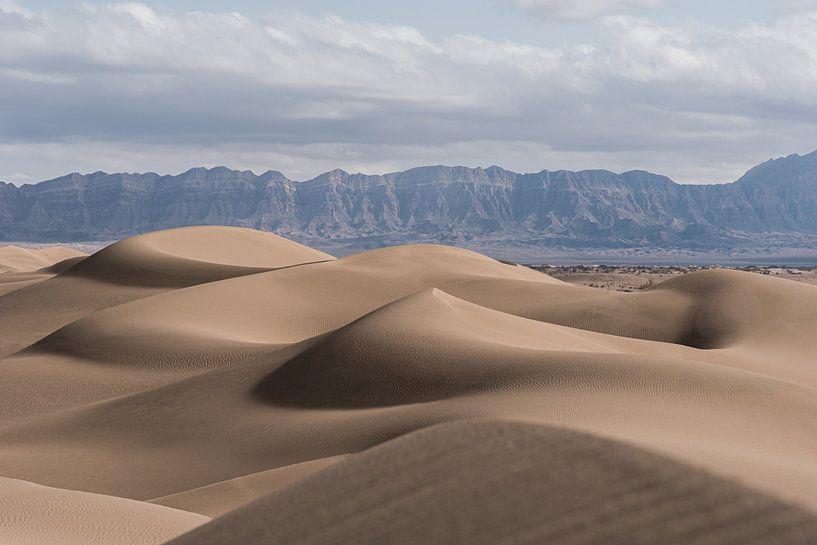 De kunst van de woestijn   zandduinen met schaduwen in Iran van Photolovers reisfotografie