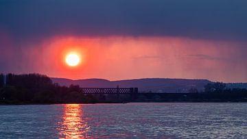 Zonsondergang boven rivier de Rijn van JWB Fotografie