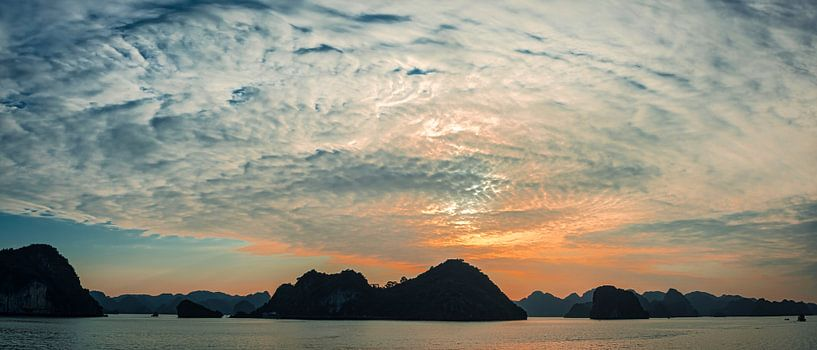 Zonsondergang in Halong Bay, Vietnam van Rietje Bulthuis