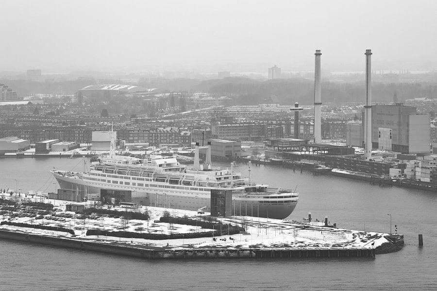 Het ss Rotterdam in Rotterdam in de sneeuw
