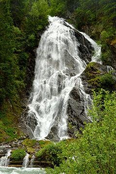Ein tosender Wasserfall in Österreich von Ezra Middelburg