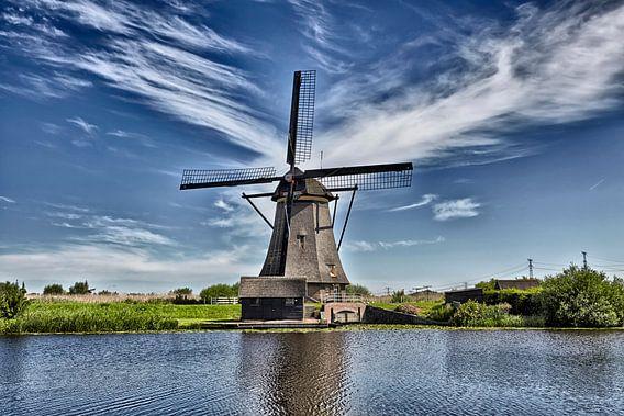et beroemde Kinderdijk-kanaal met een windmolen. Oud Nederlands dorp Kinderdijk