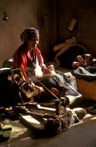 Femme tibétaine sur un rouet