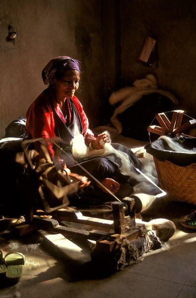 Femme tibétaine sur un rouet sur Henk Meijer Photography