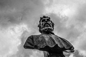 Bronzen beeld high in the sky