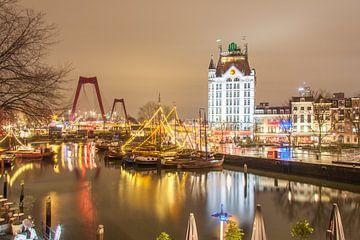 Alter Hafen von Rotterdam nachts festlich beleuchtet.