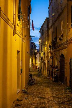 nacht in een oud straatje van Alghero op Sardinie van Eric van Nieuwland
