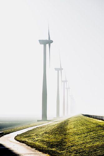 Windmolens in de mist van