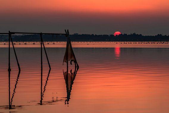 Oranje zonsondergang boven de Ionische Zee