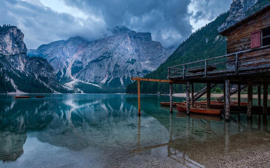 Cabin by the lake van Mario Visser
