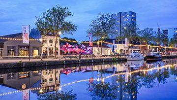 Piushaven met jachten, cafés en terrasjes bij schemering van Tony Vingerhoets
