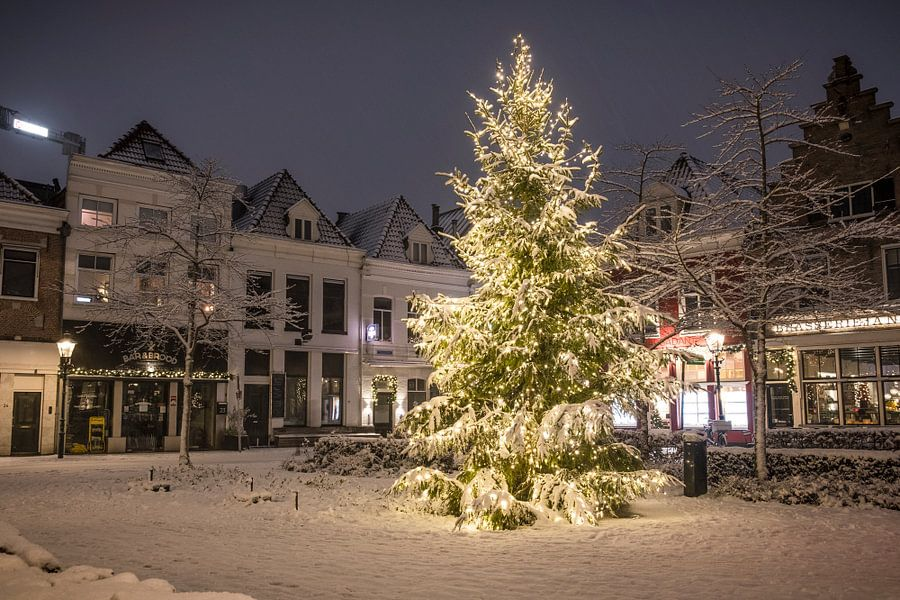 Weihnachten am Nieuwe Markt in Zwolle mit Schnee, Lichtern und einem ...