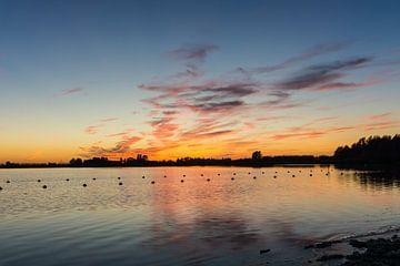 Zoetermeerse Plas - Zonsondergang vanaf het strand. van Ricardo Bouman