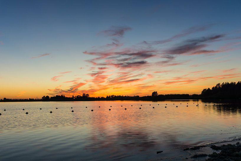 Zoetermeerse Plas - Zonsondergang vanaf het strand. van Ricardo Bouman | Fotografie