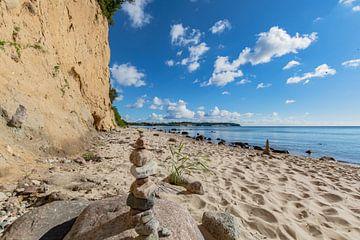 Steinturm am Naturstrand Lobbe von GH Foto & Artdesign