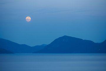 Opkomende volle maan boven Griekenland