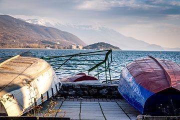 Boats at dock Lake Ohrid van Julian Buijzen