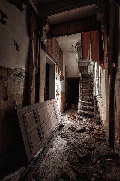 Verlassener Hausflur in einem Haus von Steven Dijkshoorn