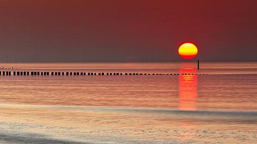 Zonsondergang ,aan zee strand Cadzand Zeeland Nederland