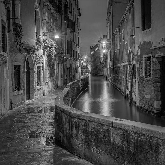 Italië in vierkant zwart wit, Venetië in de avond