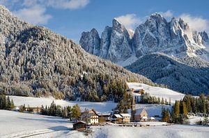 Dorpje met kerk in de Dolomieten in de sneeuw