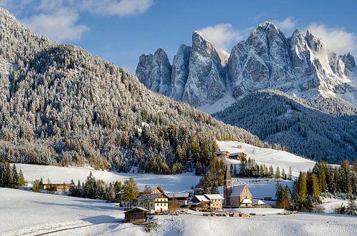 Kerk in de Alpen in de winter met sneeuw op de bergen van