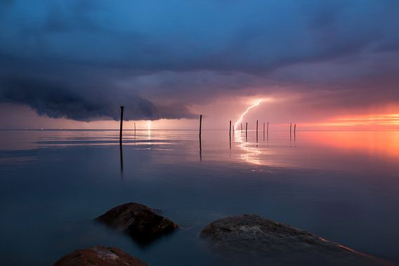 Onweer boven het Markermeer van Edwin Mooijaart