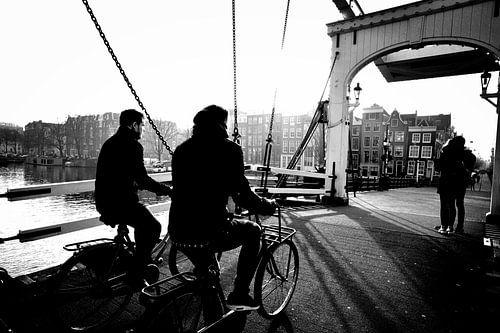 Amsterdam Fietsers op de brug (zwart-wit) van Rob Blok