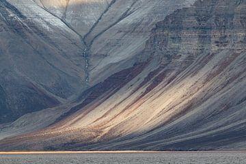 Zonlicht op berg op Spitsbergen. van Michèle Huge