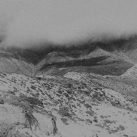 Nuages et brouillard dans les montagnes de l'Himalaya en noir et blanc | Népal sur Photolovers reisfotografie
