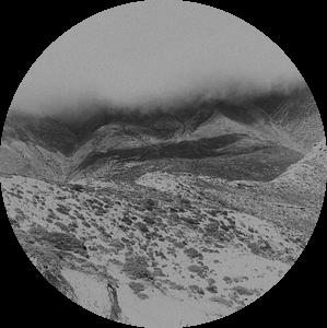 Bewolking en mist in de bergen in de Himalaya  in zwart-wit   Nepal van Photolovers reisfotografie