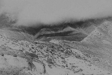 Nuages et brouillard dans les montagnes de l'Himalaya en noir et blanc | Népal