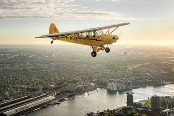 Vliegtuig boven Amsterdam bij zonsondergang van Planeblogger