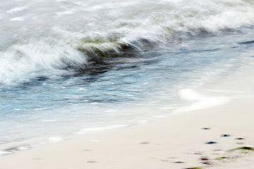 Abstrakte Meereswelle am Strand, Langzeitbelichtung kombiniert mit Mehrfachbelichtung für einen Male von Maren Winter
