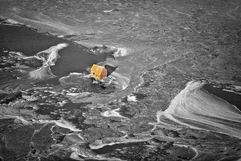 Photo aérienne d'un hangar isolé entouré de glace sur Frans Lemmens