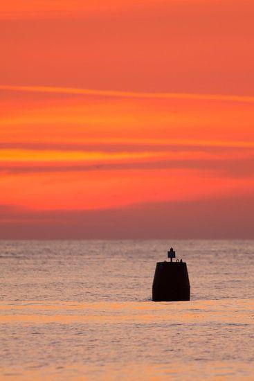 Boei in de vaargeul zonsondergang
