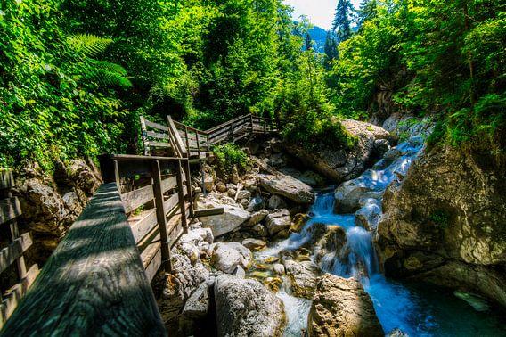 Brug over kleine waterval