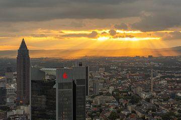 Die Skyline von Frankfurt in Deutschland bei Sonnenuntergang von MS Fotografie | Marc van der Stelt