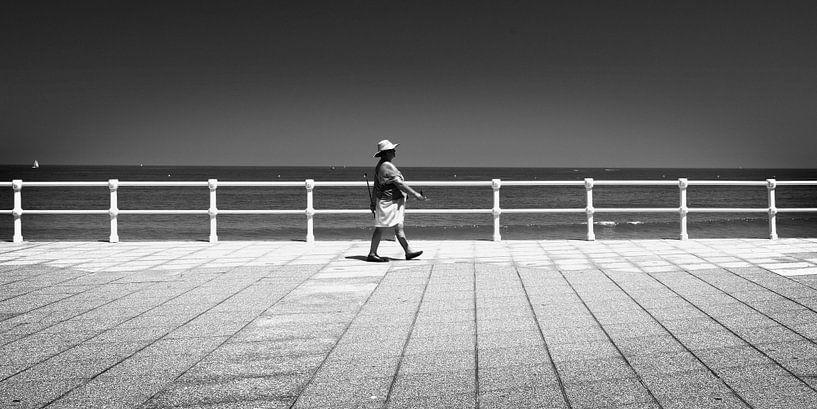 Fußgänger am Boulevard, Spanien  (Schwarz-Weiß) von Rob Blok