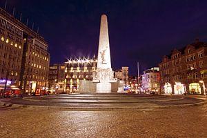 Monument op de Dam in Amsterdam Nederland bij nacht van