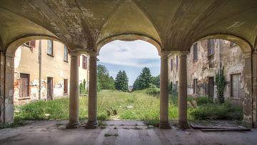 De vervallen villa is verlaten van Frans Nijland