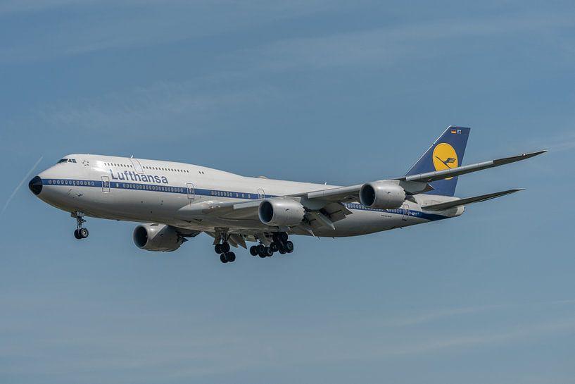 Retro livery van Lufthansa op een Boeing 747-8 (D-ABYT), gefotografeerd in de landing bij de luchtha van Jaap van den Berg